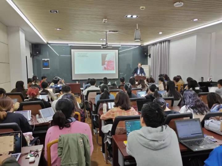 Un momento della lezione del Corso di 18 ore tenuto presso l'Università di Nanchino in qualità di Liu Boming Professor
